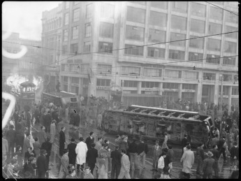 Carrera 7 con avenida Jiménez. Frente al tranvía en llamas el edificio Agustín Nieto, en cuya entrada fue asesinado Gaitán. Publicada en: • El 9 de abril: 50 años después. El saqueo de una ilusión. Bogotá: Ediciones Revista Número, 2007. p. 66