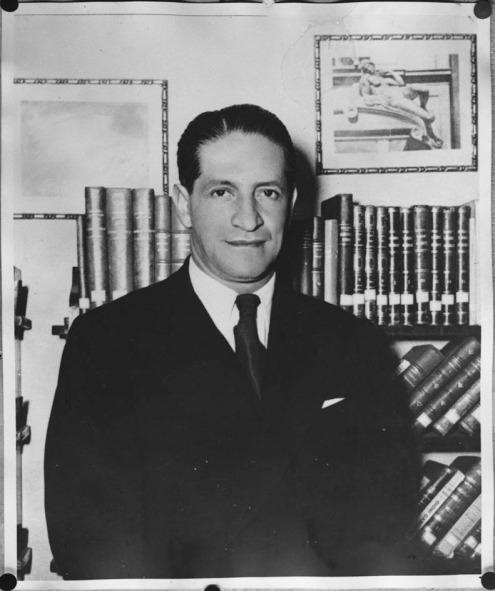 Fotografía tomada el 1948-04-08. Un día antes de Morir. Jorge Eliécer Gaitán en su biblioteca.