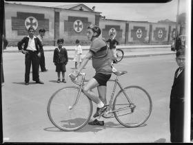 Uno de los ciclistas participantes en la vuelta a la Tribuna (Facatativá) frente al Cementerio Central. Fecha de obturación: 1951-04-29