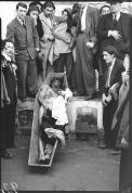 Días después de ser linchado, Juan Roa Sierra es sacado de la fosa común. Ver: El 9 de abril: 50 años después. El saqueo de una ilusión. Bogotá: Ediciones Revista Número, 2007. p. 88