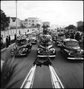 Automóviles con ofrendas florales para el fallecido Simón Sáchica, chofer de la empresa Taxis Rojos. Ver: Bogotá años 40. Bogotá: Ediciones Revista Número, 2007. p.20