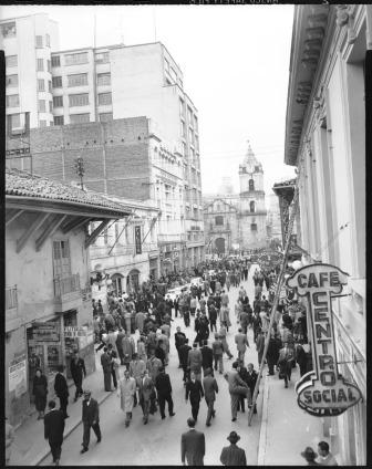 Carrera 7. A la izquierda, el edificio Agustín Nieto, sede de la oficina de Jorge Eliécer Gaitán; más alto y a continuación, el edificio Henri Faux; al fondo, la iglesia de San Francisco; a la derecha, el café Centro Social