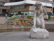 Foto: Sebastián Acosta. 2016. La Rebeca se atribuye a Roberto Henao Buriticá, fue inaugurada en 1926. Con motivo de los trabajos de ampliación de la carrera 10 y de la construcción de la calle 26, fue retirada de su emplazamiento original en 1958 y trasladada cerca de veinte metros al sur, donde se reconstruyó y ubicó la pileta original. Actualmente está en la plazoleta entre las carreras 12 y 13 y las calles 25 y 26 conocida como Parque de la Rebeca