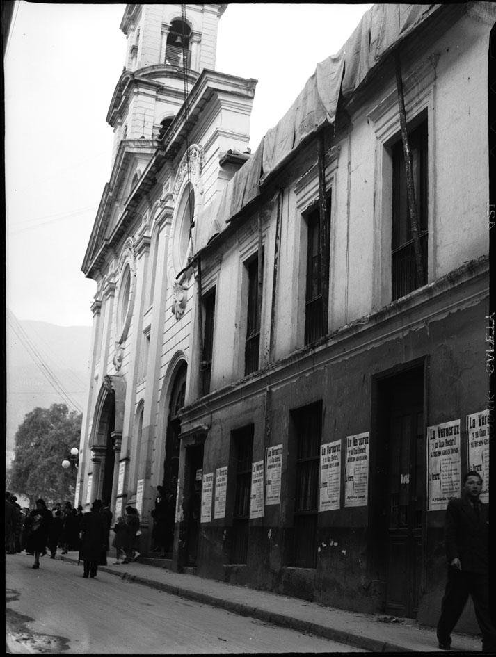 Iglesia de La Veracruz con cartelones pidiendo limosnas para su casa cural