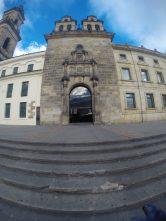 Estado Actual de la fachada en la Capilla del Sagrario. A la derecha está el Palacio Arzobispal es un edificio donde funciona la Arquidiócesis de Bogotá. Foto: Sebastián Acosta, periodista digital del Archivo de Bogotá.