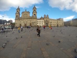 Catedral Primada de Colombia, en su costado derecho la acompaña la Capilla del Sagrario y el Palacio Arzobispal donde funciona la Arquidiócesis de Bogotá. Foto: Sebastián Acosta, periodista del Archivo de Bogotá.