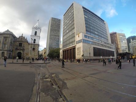 Sobre la carrera séptima con Avenida Jiménez, se encuentra la Iglesia San Francisco, que en frente tiene rastros del tranvía pavimentado por orden de Mazuera Villegas. Foto: Sebastián Acosta, periodista digital del Archivo de Bogotá