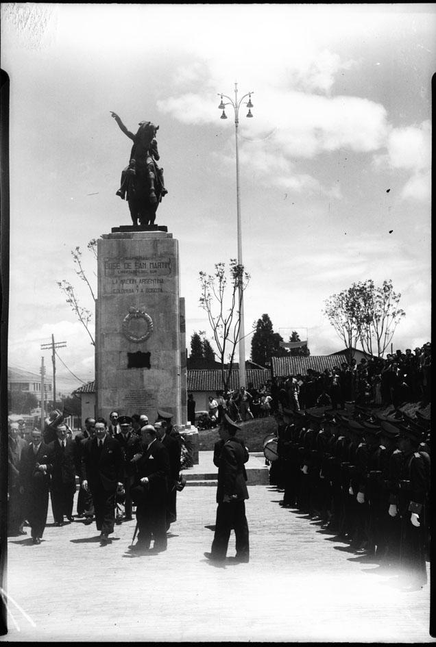 estatua ecuestre del general José de San Martín, prócer de la independencia