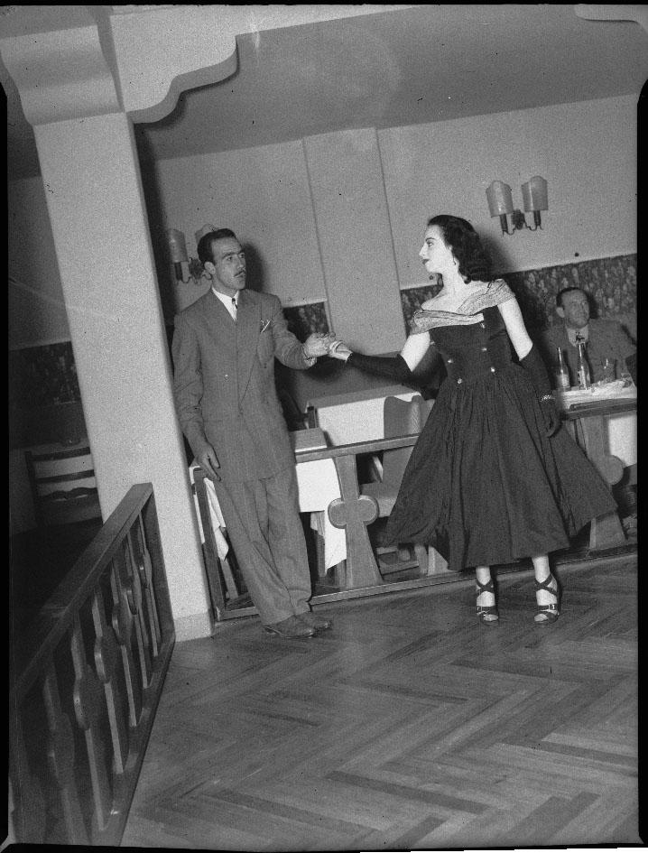 """Pareja bailando en un """"cabaret"""""""