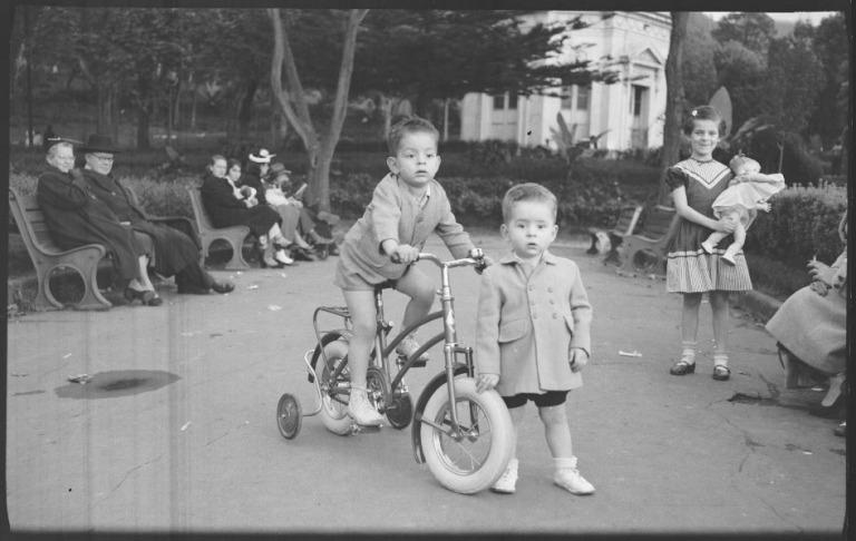 Niños disfrutando regalos en el Parque la Independencia