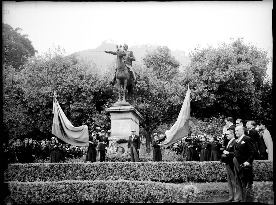 Homenaje rendido a la escultura ecuestre de Simón Bolívar