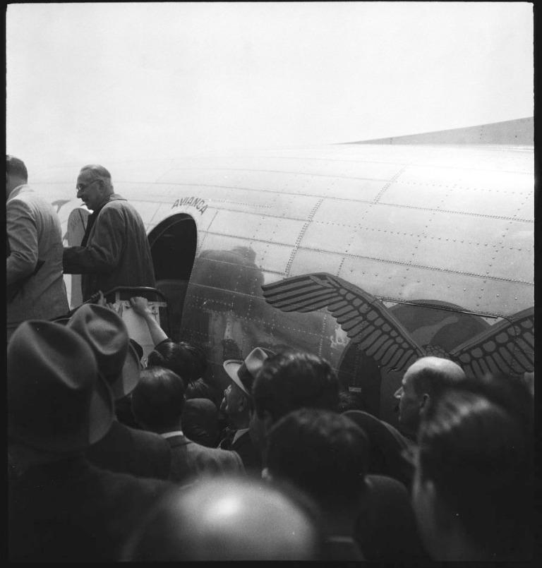 Alfonso López Pumarejo se dirige a abordar el avión Douglas C-100 de Avianca