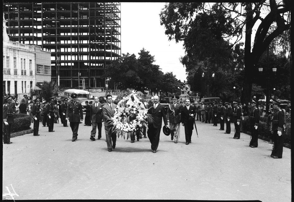 Ofrenda floral del embajador argentino a Bolívar y San Martín