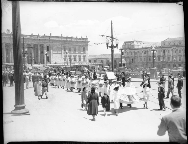 Desfile de vendedores de dulces en la Plaza de Bolívar