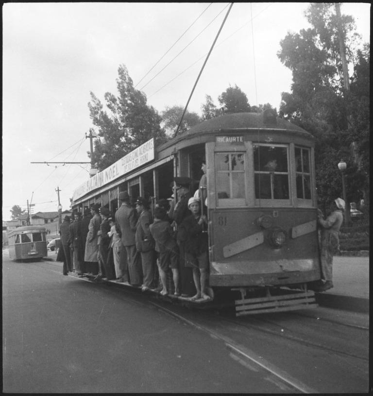"""El viejo Tranvía Municipal de Bogotá cubre la ruta hacia el barrio obrero Ricaurte, le antecede una """"Lorencita"""""""