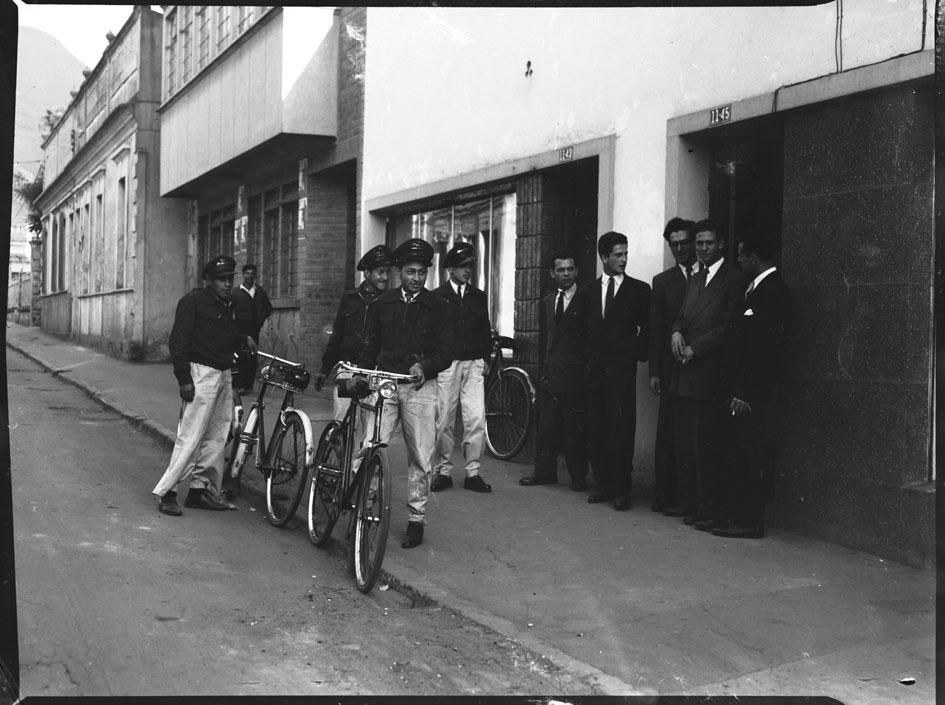 La Administración Postal Nacional usando bicicletas