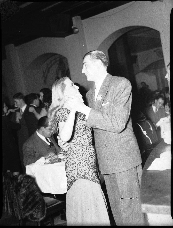 """bailando en un """"cabaret"""", nuevos sitios de socialización en la ciudad"""