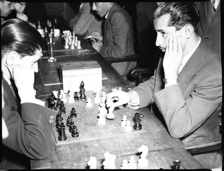 Juego de ajedrez, deporte que se practicaba en los clubes